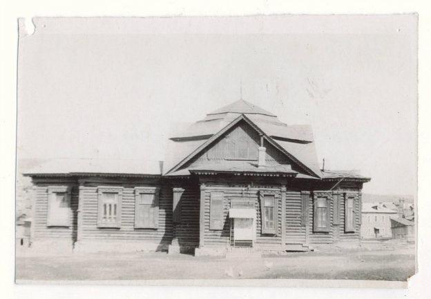 На снимке: здание бывшего бакальского православного храма. В то время - 60-70 годы прошлого века - в здании располагался кинотеатр.